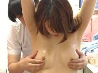 スレンダーで美乳!極上ボディの美女がエロマッサージ師から受ける変態施術!まさかセックスまでw